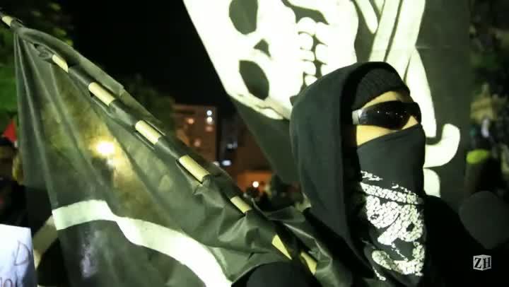 Militante fala da ideologia do anarquismo durante protesto