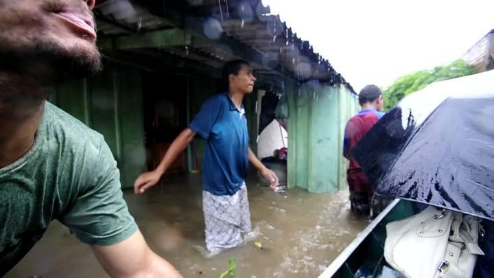 Moradores tentam fugir do alagamento