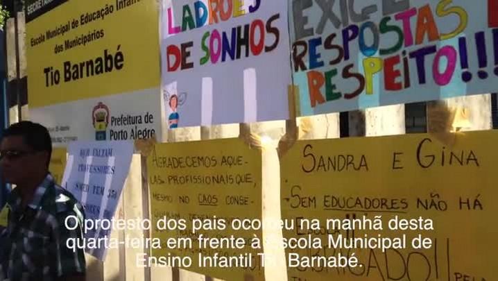 Pais de alunos de escola infantil de Porto Alegre realizam protesto devido a falta de professores - 18/12/2013
