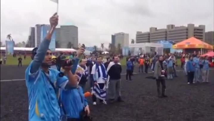 Torcedores uruguaios assistem ao jogo contra a Costa Rica na Fan Fest em Porto Alegre - 14/06/2014