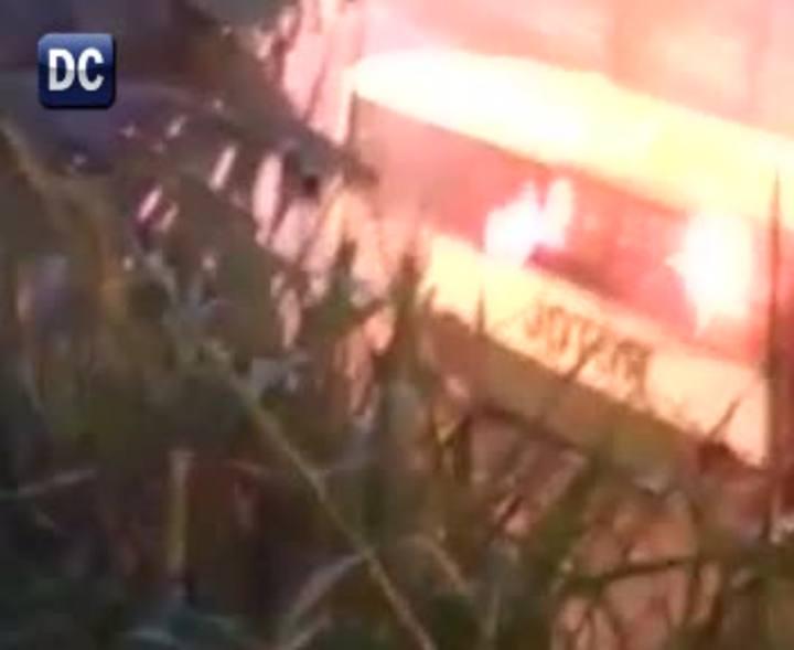 Ônibusé incendiado em protesto no Morro da Caixa, em Florianópolis.