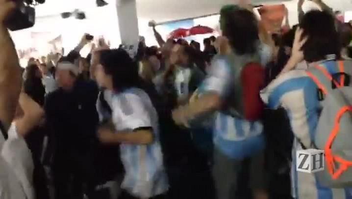 "\""Maradona es más grande que Pelé\"", torcedores Argentinos cantam na Arena Corinthians"