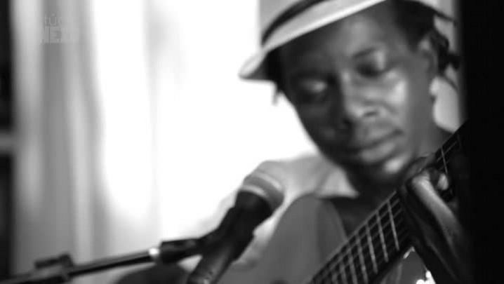 "Estúdio Anexo: François Muleka canta \""Vinte e Nove\"""