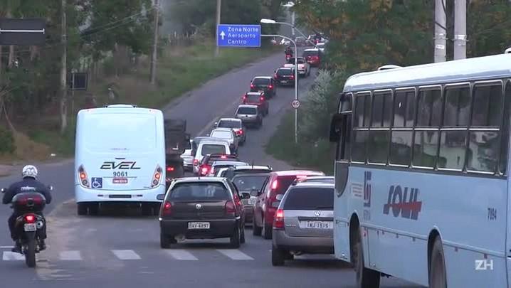 Trânsito intenso na estrada Caminho do Meio atrapalha motoristas