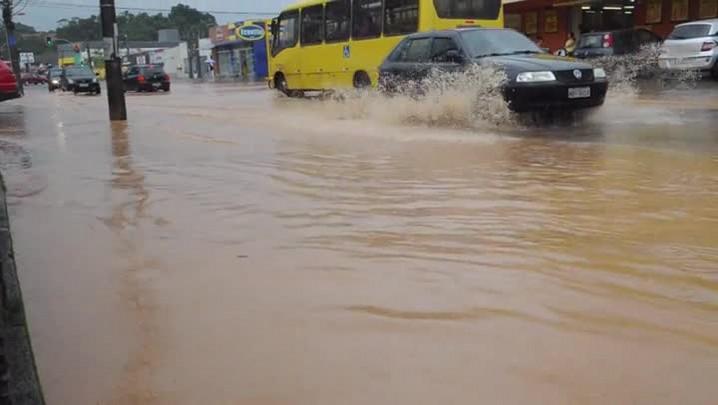 Rio transborda e ruas do bairro Boehmerwald são inundadas