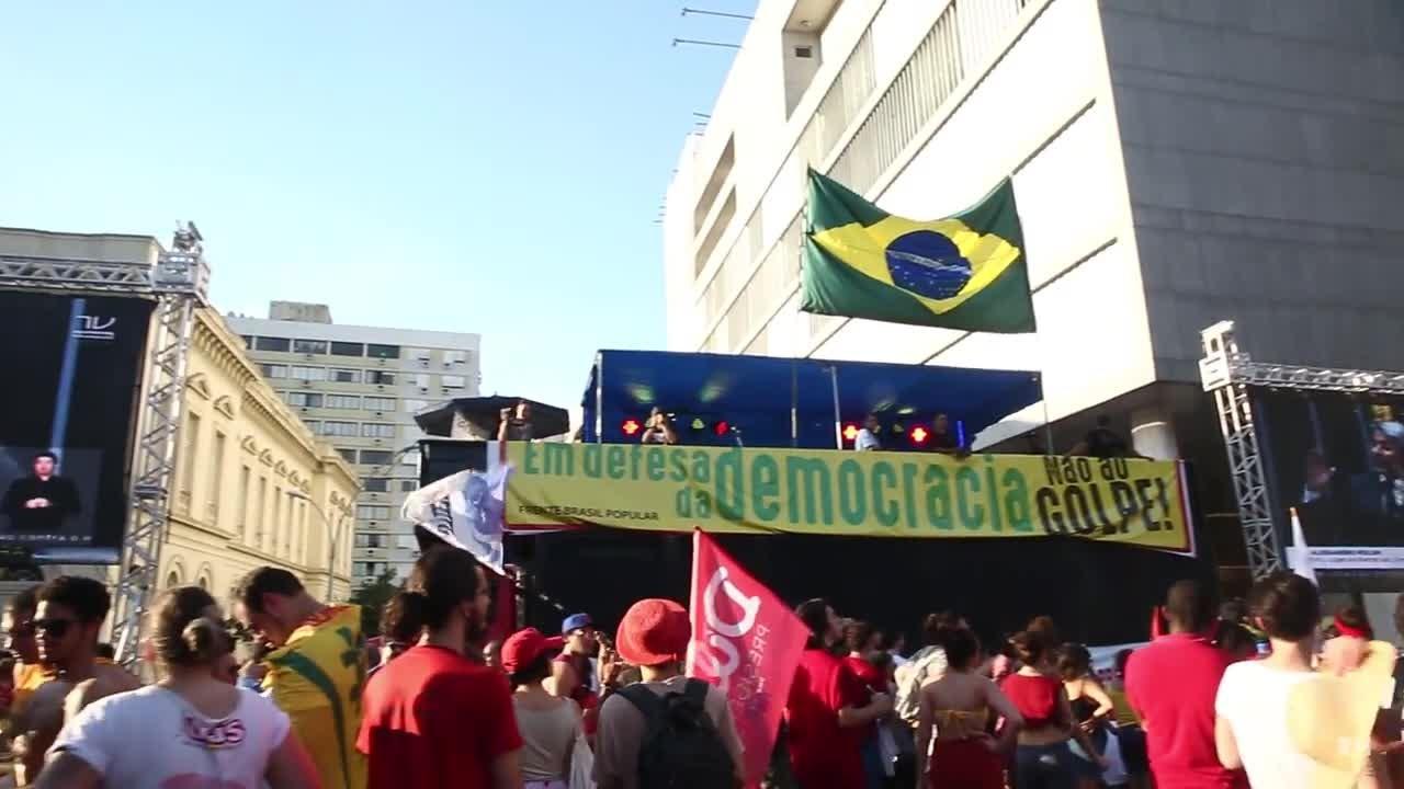 Manifestantes contra o impeachment se reúnem na Praça da Matriz, em Porto Alegre