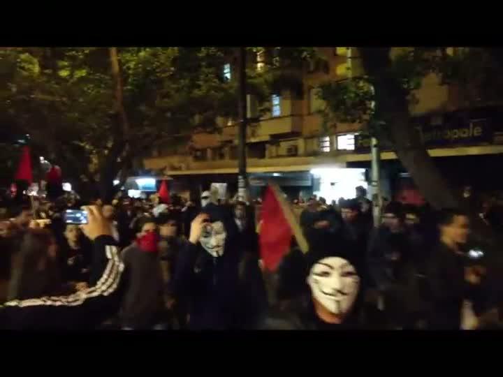 Manifestantes caminham do Centro de Porto Alegre até a Av.Ipiranga. 17/06/2013