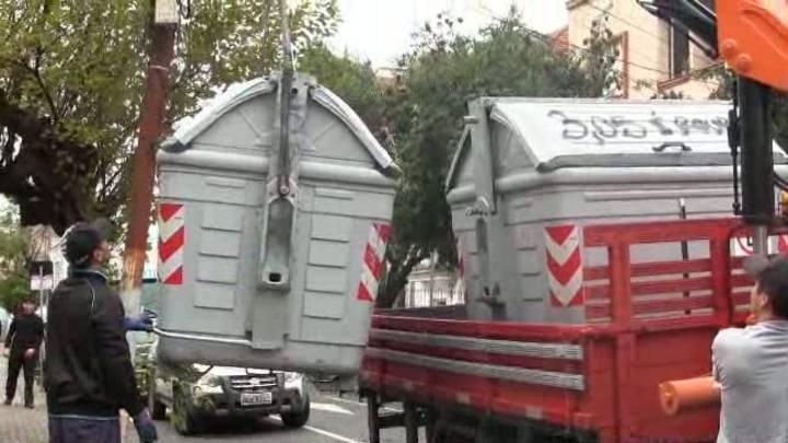 Contêineres são retirados das ruas de Porto Alegre