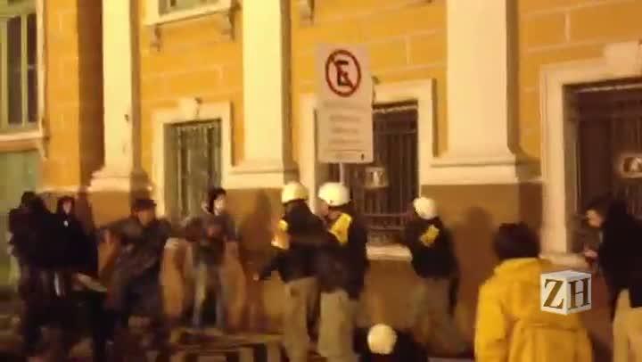 Confronto entre Polícia e manifestantes em frente à prefeitura da Capital