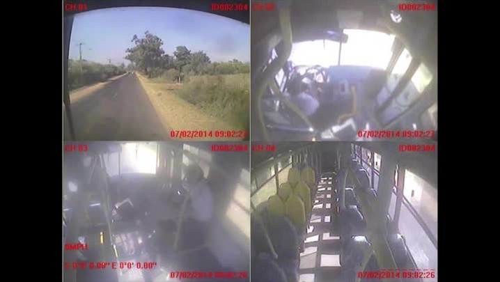 Veja o momento em que ônibus é apedrejado por motociclista - 07/02/2014