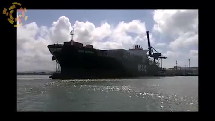 Navio gira na bacia de evolução antes de aportar no Complexo Portuário do Itajaí-açu