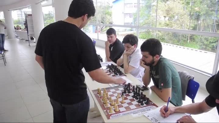 Campeão brasileiro de xadrez enfrenta 22 adversários em Joinville