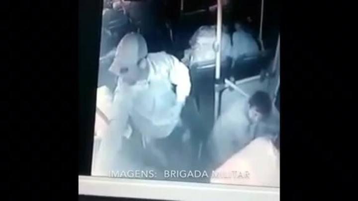 Vídeo mostra momento em que PM é morto em ônibus na Capital