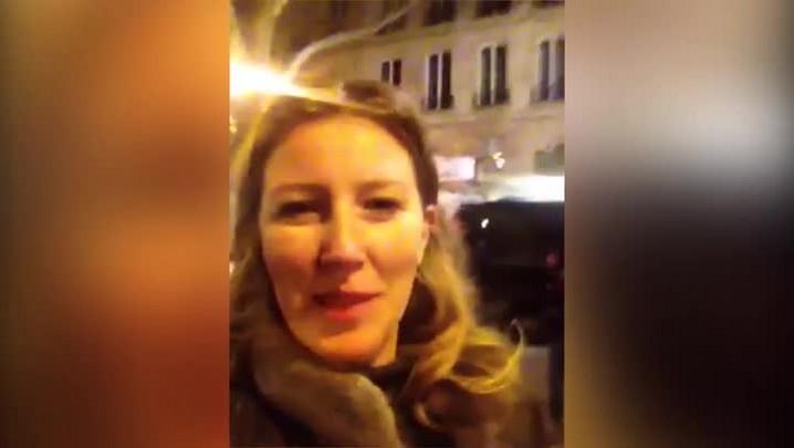 Editora do DC compra exemplar do Charlie Hebdo depois de 40 minutos na fila em Paris