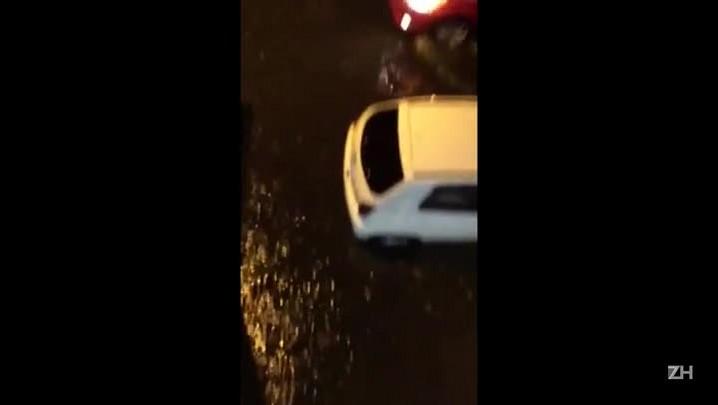 Chuva provoca alagamento na Avenida Assis Brasil