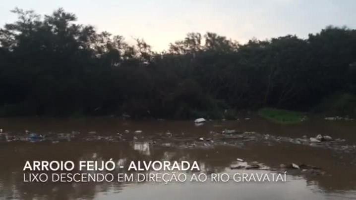 Com a chuva, lixo desce rumo ao Rio Gravataí