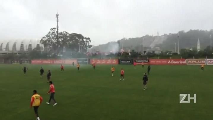 Festa da torcida durante treino do Inter