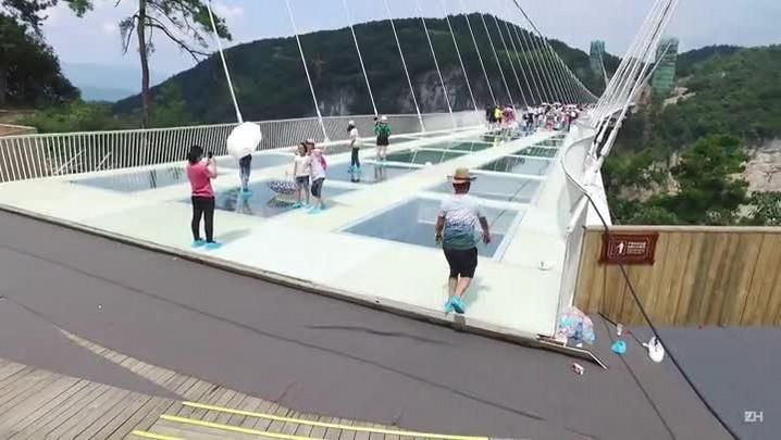 China inaugura ponte de vidro