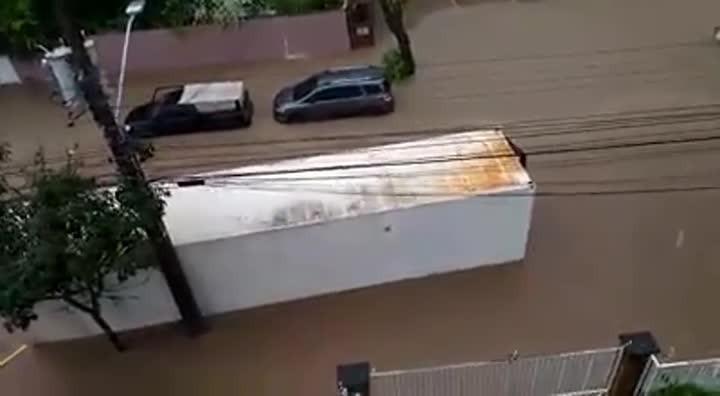 Força da água arrasta container em Joinville. Imagens: Josiele Souza Claudio