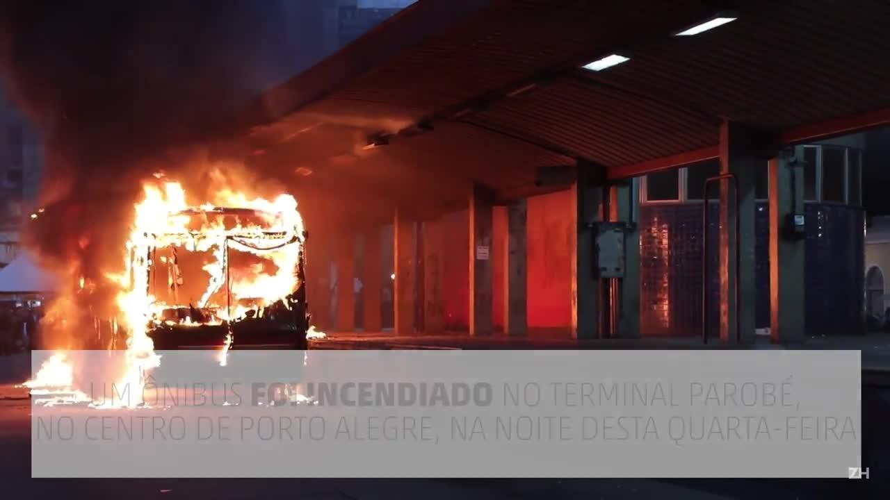 Ônibus é incendiado no Centro de Porto Alegre