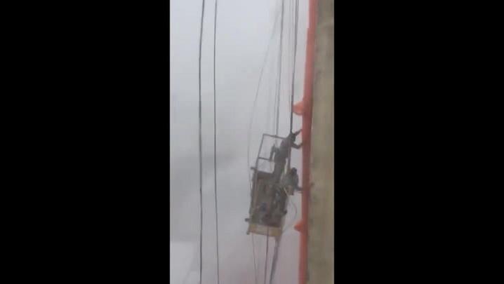 Operários reencontram bombeiro que os salvou durante tempestade