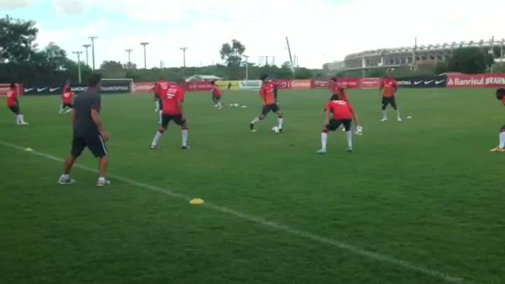 Dunga exige capricho nos passes em treino do Inter