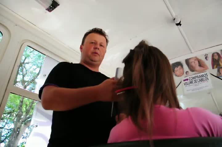 """Com """"ônibus salão"""", cabeleireiro percorre o Estado para comprar cabelos"""