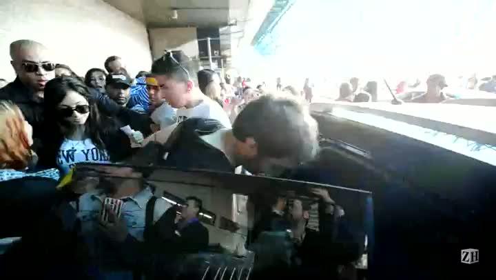 Fãs recebem Anitta no aeroporto Salgado Filho