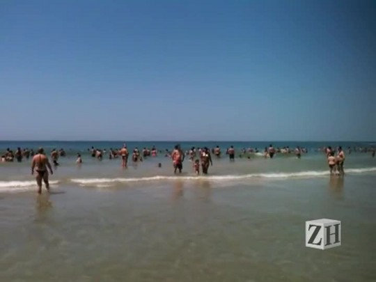 Mar limpo e muito movimento em Torres