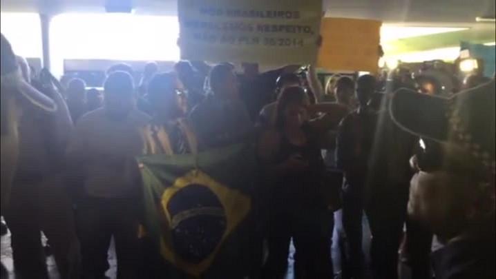 Grupo volta a protestar, mas é impedido de entrar no Congresso; veja