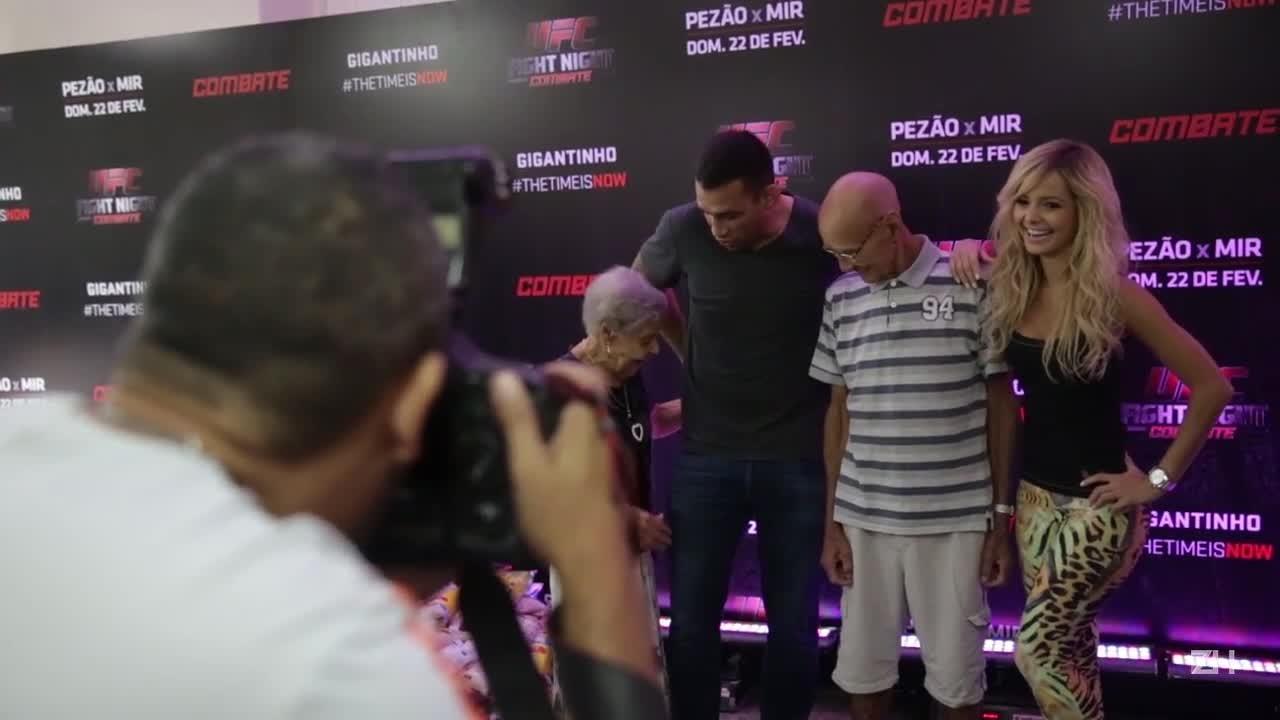 Fabrício Werdum entrega doações do UFC
