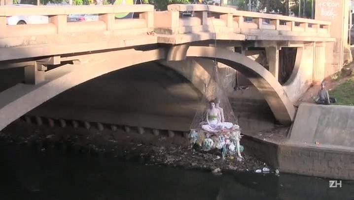 Intervenção artística protesta contra poluição no Arroio Dilúvio