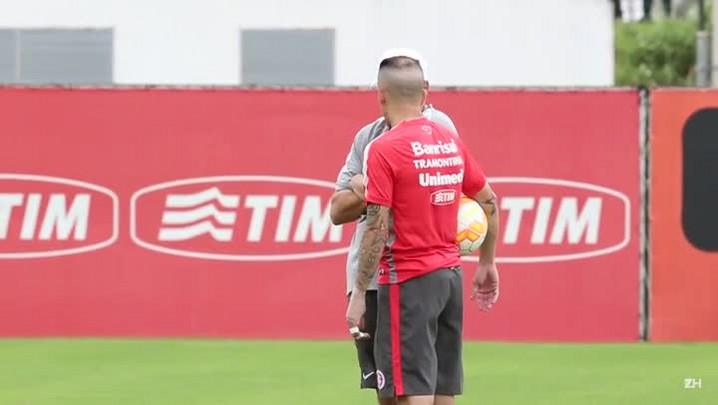 Aguirre e D\'Alessandro têm longa conversa no treino do Inter