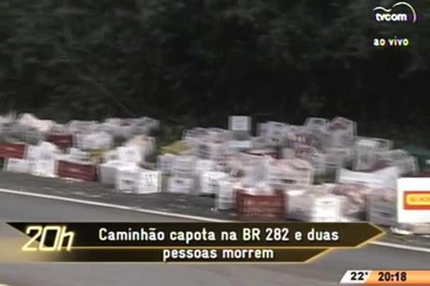 TVCOM 20 Horas - Caminhão capota na BR 282 e duas pessoas morrem - 22.06.15