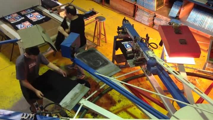 Veja como são feitas as camisetas das bandas de rock produzidas em Jaraguá do Sul.