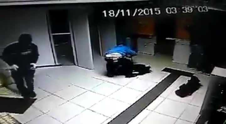 Câmera de segurança flagra assalto a banco em Balneário Barra do Sul