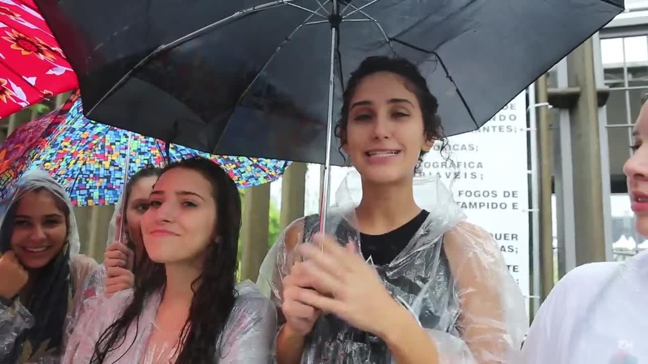 Apesar da chuva, fãs fazem fila para show da banda Maroon 5