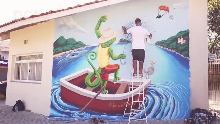 Rodrigo Rizo grafita painel em homenagem ao aniversário de Florianópolis