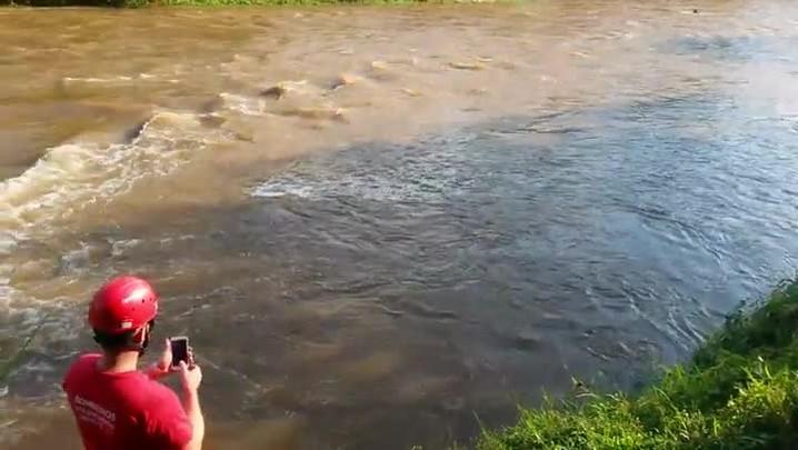 Equipes de resgate buscam homem levado pela correnteza de rio em Joinville
