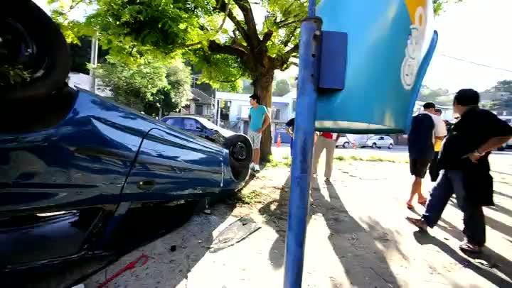 Carro capota após colidir contra outro veículo
