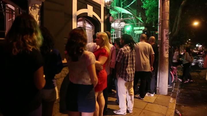 Grandes filas marcam a noite de Porto Alegre após inspeções