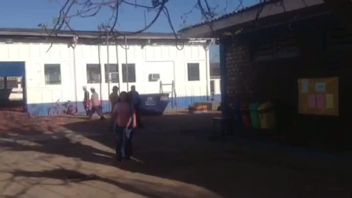 Clima de emoção marcou retorno das aulas, nesta segunda-feira, da escola incendiada em Eldorado do Sul - 19/08/2013