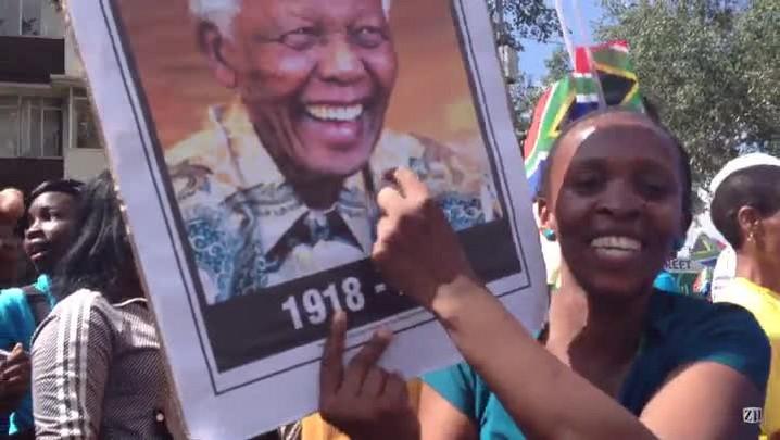 Grupo dança em Pretória, no velório de Mandela