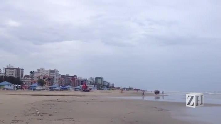 Domingo de tempo fechado e chuva nas praias gaúchas