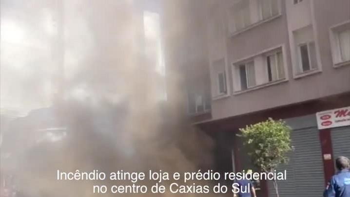 Incêndio atinge loja e prédio residencial no centro de Caxias do Sul - 20/02/2014