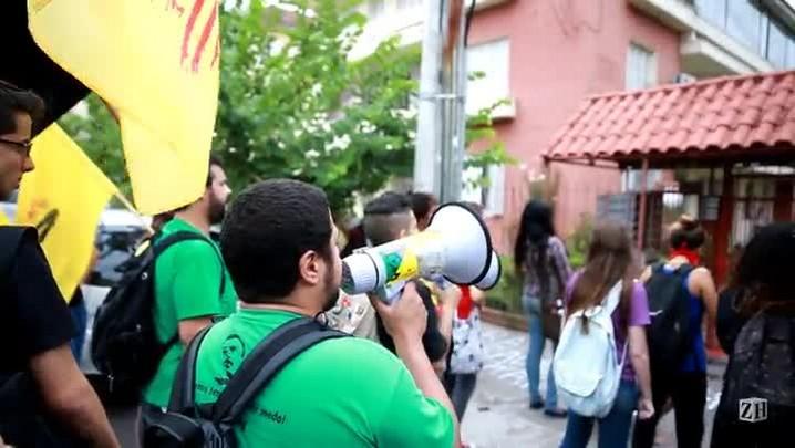 Manifestantes protestam contra suposto torturador