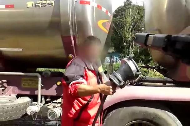 Motoristas são flagrados descarregando combustível de caminhão-tanque