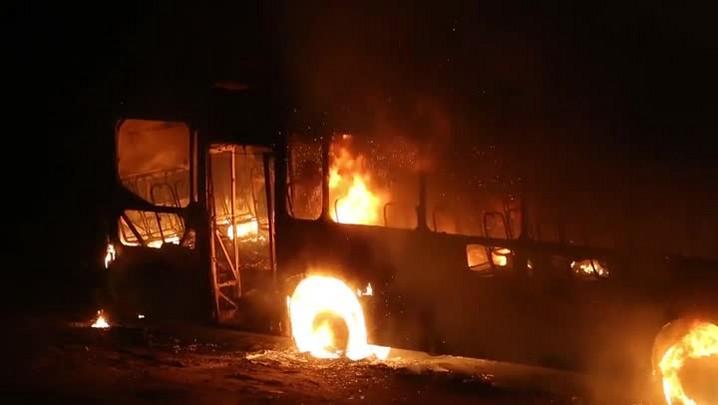 Ônibus incendiado no Saco Grande, na noite de terça-feira