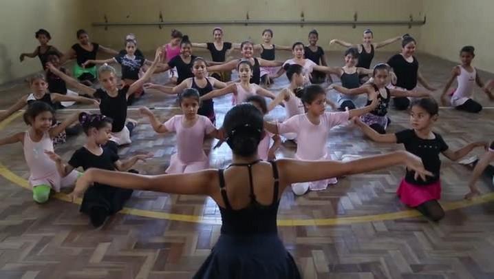 Jovem de 14 anos dá aula de balé para meninas de escola pública de Alvorada