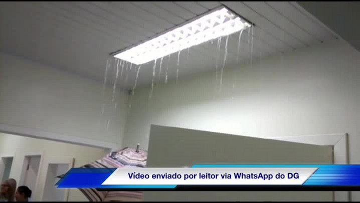 Chuva invade recepção de convênios de hospital em Canoas